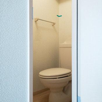 トイレは個室です。※写真はクリーニング前のものです