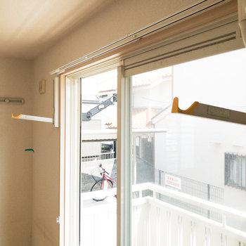 窓辺には室内干し用の器具がついています。※写真はクリーニング前のものです