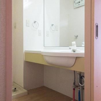 大きな鏡が特徴的な洗面台。