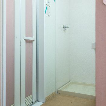 洗濯機置き場も同室に。※写真はクリーニング前のものです