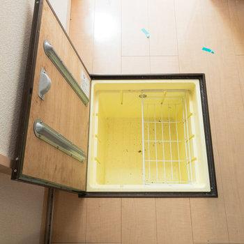 床下収納もあります。※写真はクリーニング前のものです