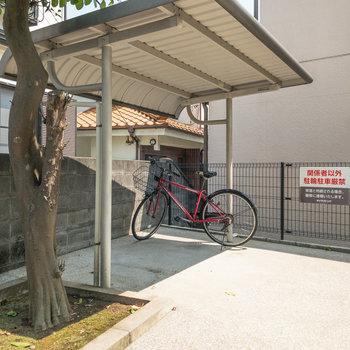 駐輪場は建物の裏手に。