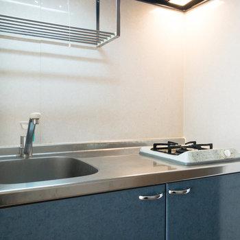 キッチンは1口コンロ。調理スペースが確保されています。※写真はクリーニング前のものです