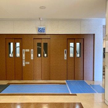 エレベーターは4基。防犯カメラ付き。