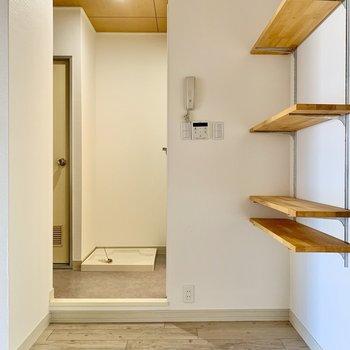 サニタリーの入り口に扉はありません。突っ張り棒で暖簾を。