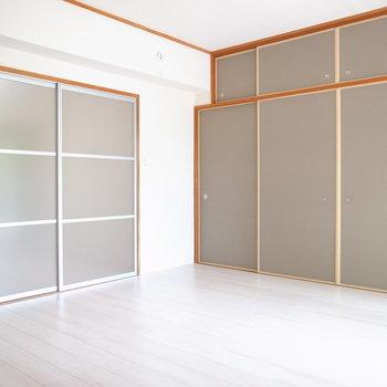【洋室①】リノベーションして、きれいめな印象に!障子は半透明のスライドドアに変更されてます。