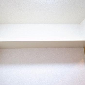 頭上に棚がありますよ。