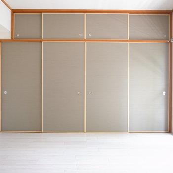 【洋室①】押入れの色、ニュアンスカラーですてき◎9.2帖なのでなかなかゆったりしてます。
