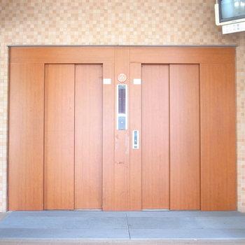 【共用部】エレベーターはとなりの棟にあります。