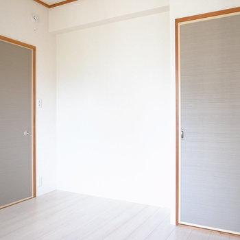 【洋室②】もうひとつの洋室とおなじ、落ち着いた色味です。