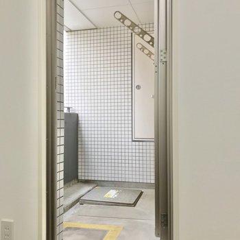 洋室からもバルコニーに行けます。広さはキッチン横と同じくらい。(※写真は3階同間取り別部屋のものです)