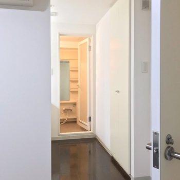 入り口にはカーテンを取り付けられますよ。(※写真は3階同間取り別部屋のものです)