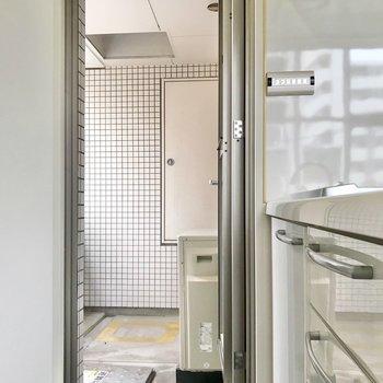 奥にはバルコニーにつながるドアもありました。ゴミ置き場はここかな。(※写真は3階同間取り別部屋のものです)