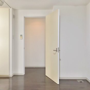 扉の近く、左側に脱衣所があります。(※写真は3階同間取り別部屋のものです)