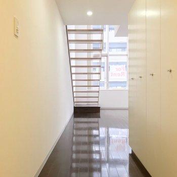 玄関入るとこの景色。階段のおかげでお部屋の中が丸見えになりません。(※写真は3階同間取り別部屋のものです)