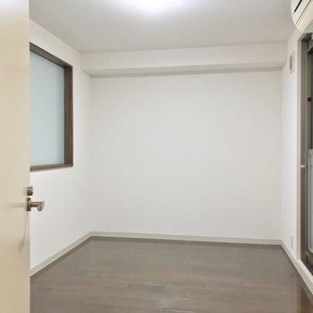 洋室は約6.6帖。大きなベッドでゆっくり休もう。(※写真は3階同間取り別部屋のものです)
