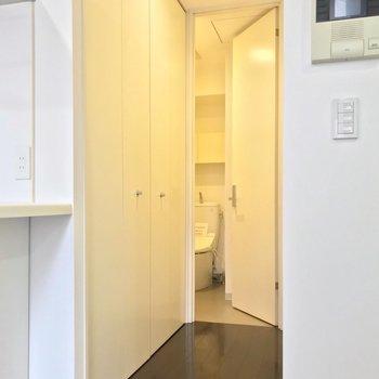キッチン手前の通路。奥はトイレです。(※写真は3階同間取り別部屋のものです)