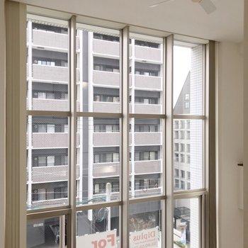 窓の全貌。とっても大きいんです。カーテンの取り付けは大変?(※写真は3階同間取り別部屋のものです)