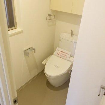 トイレはゆったり、窓も付いています。(※写真は3階同間取り別部屋のものです)
