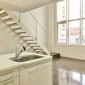 どの角度から見ても階段が素敵。(※写真は3階同間取り別部屋のものです)