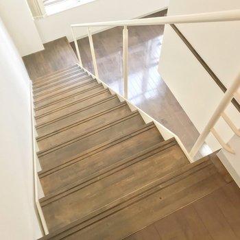 さいごに、階段を降りて玄関へ。(※写真は3階同間取り別部屋のものです)