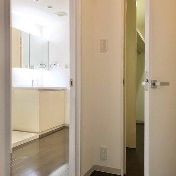 のぼると正面にクローゼット。左側に脱衣所と洋室。(※写真は3階同間取り別部屋のものです)