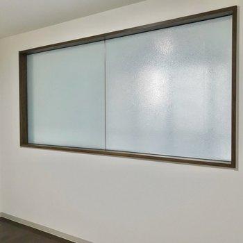 横長の窓にはシートが貼られています。来客時も安心です。(※写真は3階同間取り別部屋のものです)