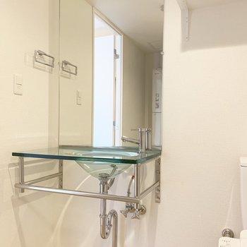 スタイリッシュなクリアな洗面台。(※写真は4階の同間取り別部屋のものです)