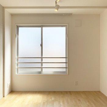 スモークガラスで柔らかく光の入る室内。(※写真は4階の同間取り別部屋のものです)