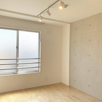 コンクリと白のコントラスト、良いですよね。(※写真は4階の同間取り別部屋のものです)
