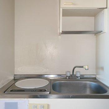 キッチンはIH1口コンロです。上のちょっとした棚が嬉しい。