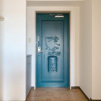 玄関ドアは、レトロ感満載。