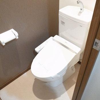 トイレのクロスはほんのりヘリンボーン柄。