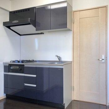 キッチンはシックなデザイン。