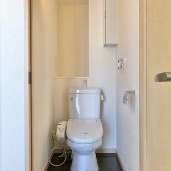お次はトイレへ。温水洗浄便座付きです。