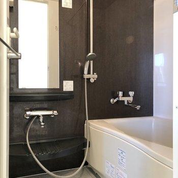 お風呂のシャワーヘッドは自由に高さを変えられます。