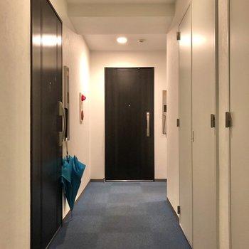 廊下は落ち着いたホテルのよう。