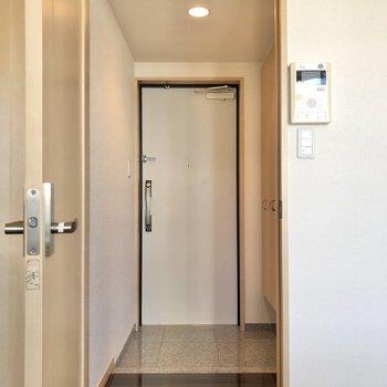 玄関はドアを開けると目の前に。