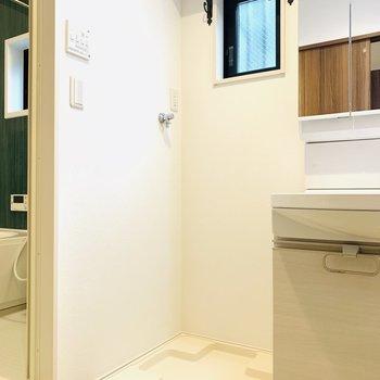 左側には洗濯機置き場。こちらも上部に嬉しい収納棚付き。