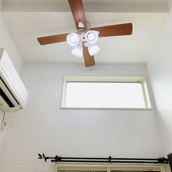 上部にはシーリングファンライト。また窓もついています。