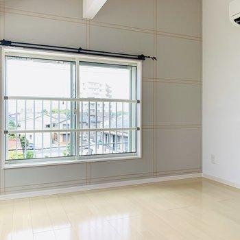 【4階洋室】約7帖の屋根裏部屋のような洋室。LDKと同じアクセントクロスが可愛らしいですね。