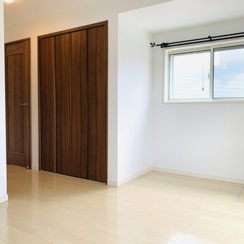 このお部屋も窓が2つ。ベッドとサイドテーブルや小さなデスクが置ける空間です。