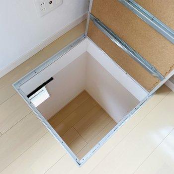 洋室からの床下収納は下の物置につながっていました。
