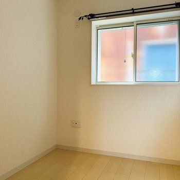 【1階納戸】納戸は3帖ちょっと。窓もついているので窮屈感はなく、書斎などにも使えそうです。