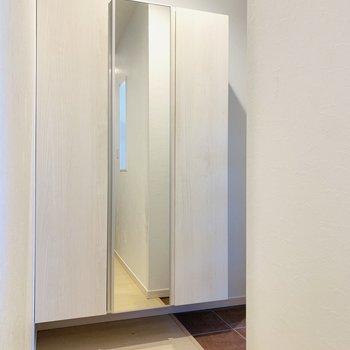 1階に戻り玄関スペース。シューケースには姿見もついています。