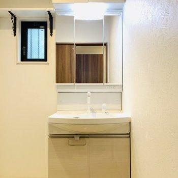 ますはユーティリティー。入って正面には洗面所。天辺まで収納がありますよ。