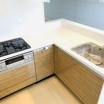 L字のキッチンは家族で並んでお料理もできますよ。