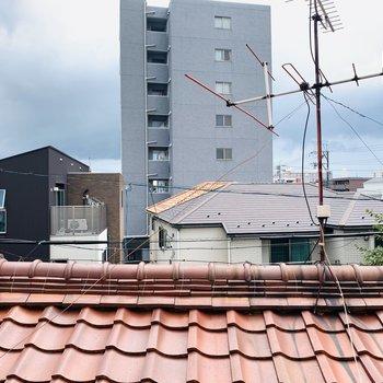 洋室入ってすぐの窓からの眺望。お隣さんの屋根部分ですね。