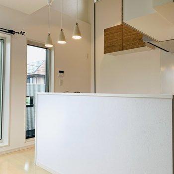 対面式のキッチン。照明もカウンターのような雰囲気で素敵です。