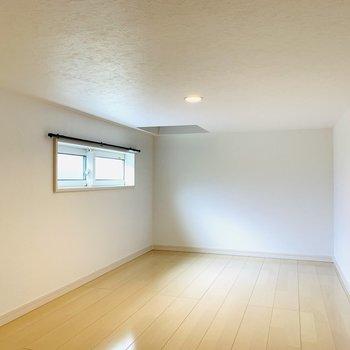 【3階物置】約5帖の物置スペース。ハンガーパイプやクリアケースなどを利用して、上手にたくさん収納できそうです。